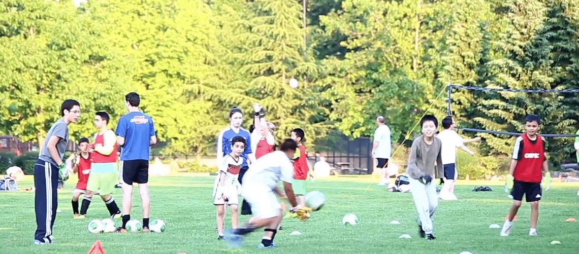 Crianças e adolescentes em um parque praticando esportes