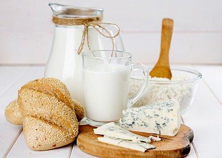 Mesa com leite e derivados servidos