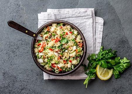 Prato de salada de quinoa servido em mesa