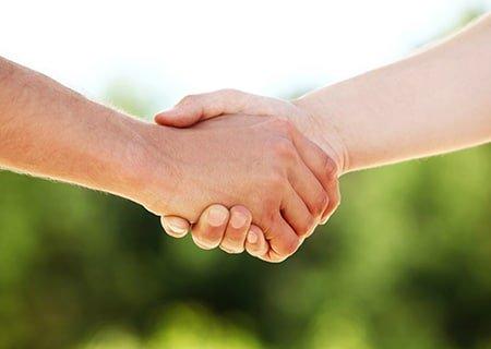 Imagens de mãos de duas pessoas se cumprimentando com um aperto de mãos