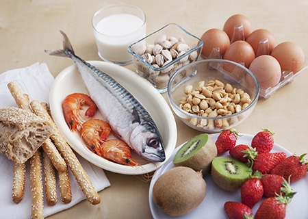 Mesa com frutas, ovos, oleaginosas e peixe servido