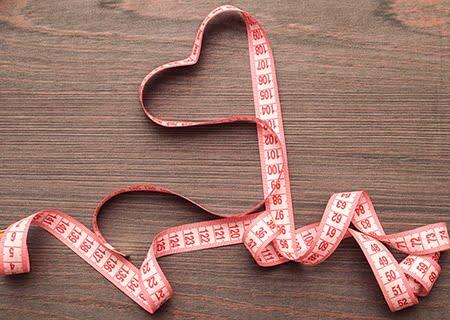 Fita métrica em cima da mesa simulando um coração