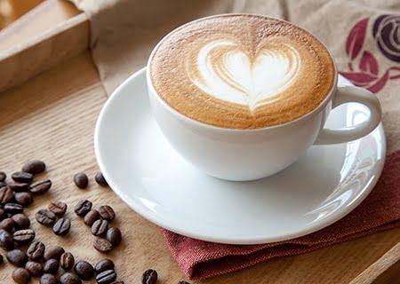 Xícara de café com espuma em forma de coração