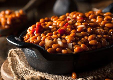 Panela de ferro com feijão carioca cozido