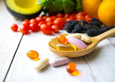 Mesa com colher e cápsulas nutricionais