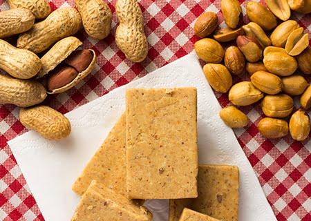 Mesa com amendoins e paçoca