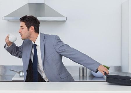 Homem de terno apressado saindo da cozinha