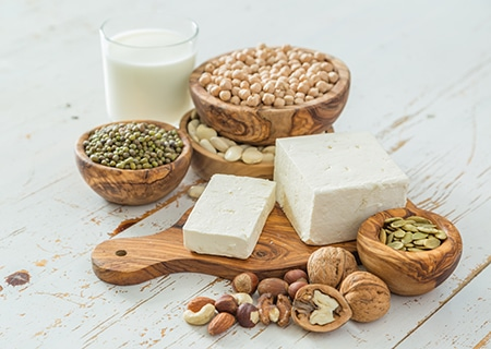 Mesa com leguminosas, leite e queijos