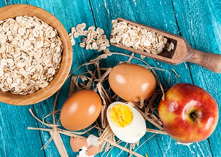Mesa com ovos, aveia e maçãs