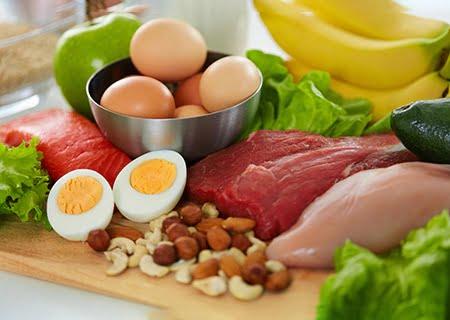 Mesa com ovos, carnes e oleaginosas