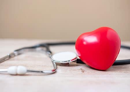 Mesa com estetoscópio e coração de borracha