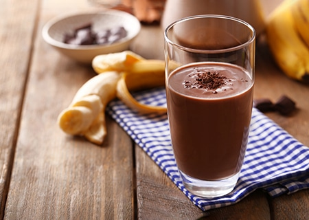Mesa com copo de milk-shake