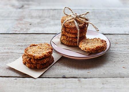 Biscoitos em cima da mesa, sobre guardanapo e prato. Exemplo de receitas para diabéticos.