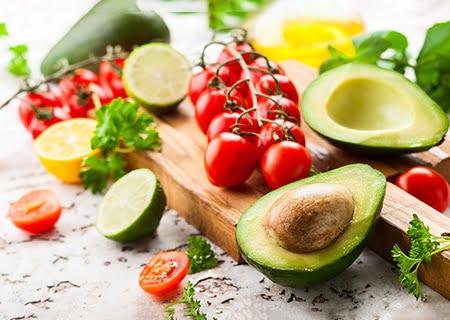 Mesa com alguns alimentos funcionais, como tomate e abacate