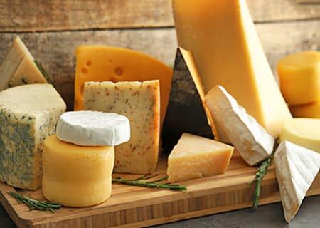 Vários tipos de queijos sobre uma tábua. Muito se discute sobre a gordura nos queijos