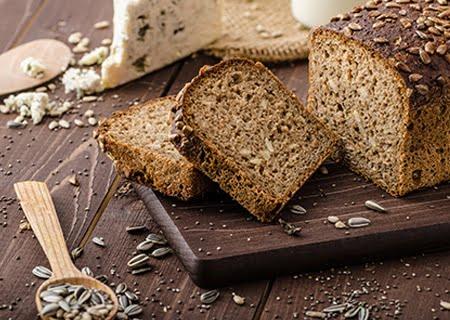 Pão caseiro fatiado em tábua de madeira