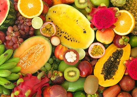 Muitas frutas, populares, como mamão, laranja e kiwi, e frutas exóticas, como pitaia