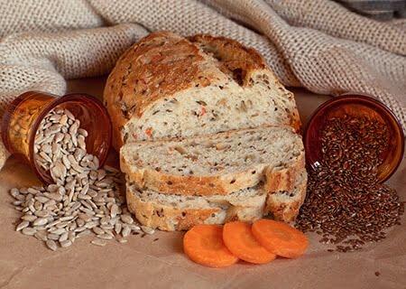 Pão caseiro com cenoura e grãos