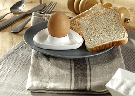 Mesa com ovo e pão de forma
