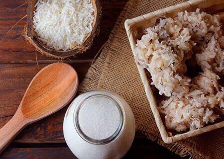 Mesa com cocada, açúcar e coco