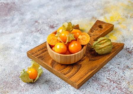 Golden berry, uma das frutas exóticas nutritivas. <a href='https://br.freepik.com/fotos/alimento'>Alimento foto criado por azerbaijan_stockers - br.freepik.com</a>