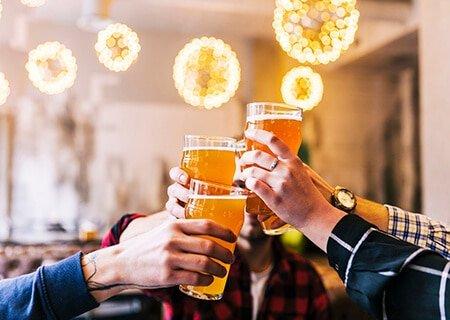 Pessoas brindando com cerveja sem álcool