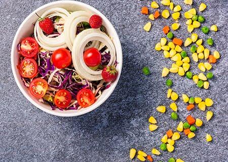 Salada de tomate e cebola, um exemplo de prato para alimentação na prevenção do câncer