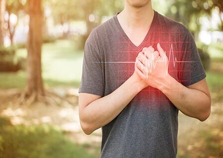 Pessoa com a mão no coração