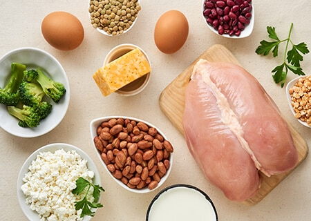 Mesa com opções de proteínas animal e vegetal