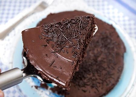 Sobremesa de Páscoa para diabéticos, bolo de brigadeiro fatiado