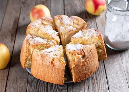 Bolo de maçã em fatias, uma ótima receita para um café da manhã pré-treino