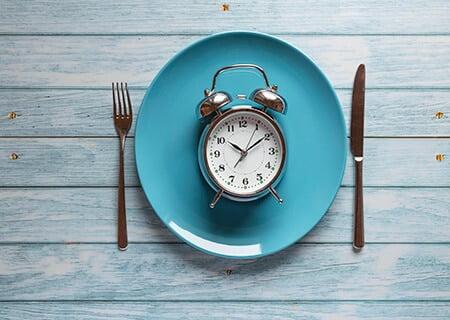 Relógio em cima de prato