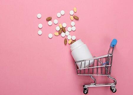 Miniatura de carrinho de mercado com pote de suplementos e comprimidos