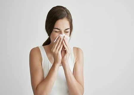 Mulher com lenço no nariz