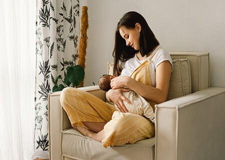Mulher amamentando bebê