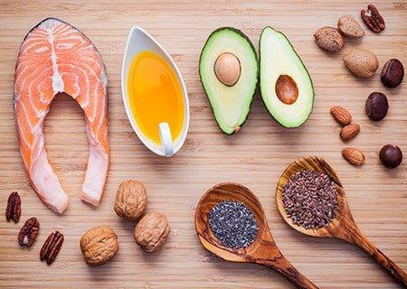 mesa com alimentos ricos em ácidos epa e dha