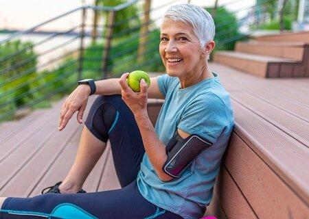 Mulher se exercitando em um deque